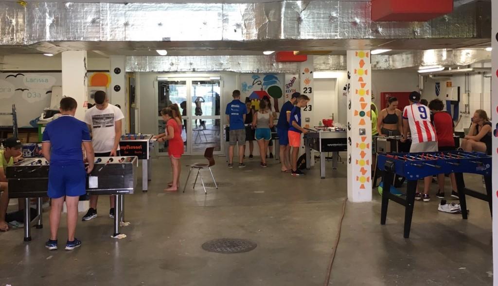 Der Malerraum der Turnhalle Wartegg geschmückt mit Töggelikästen (Bild: Andrea Fleiner)