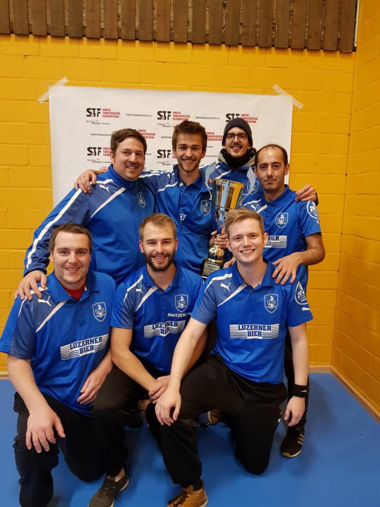 Das Siegerteam mit u.a. Peter Felder (vorne Mitte) und Martin Felder (hinten mit Pokal).