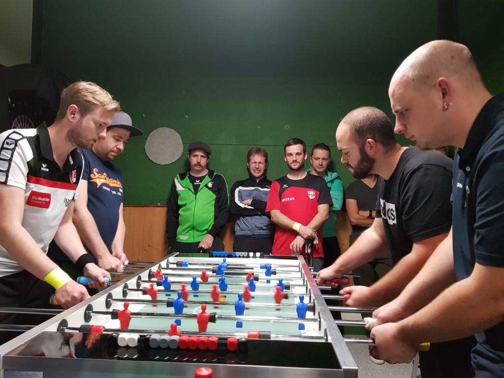 Rund 50 Teams spielen um den begehrten Sieg in der Königsdisziplin im Offenen Doppel. Hier ein Bild vom Finale (links: Salzi/Hannes, rechts: Mike/Steven vom FFT, hinten: Ein mit dem Geschehen zufriedener Captain; Bild: An).