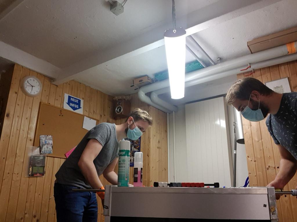 Peter (rechts mit Null Punkten) und Hannes trainieren Einzel.